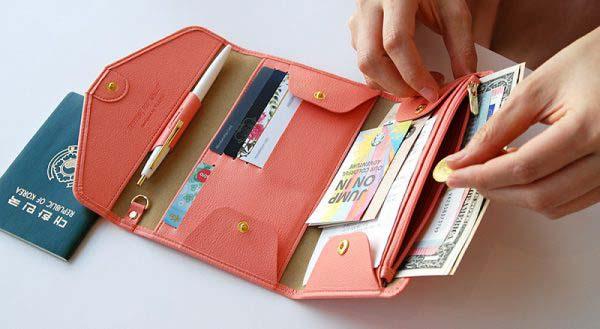 Ví tiền và giấy tờ là món đồ không thể nào thiếu trong chuyến đi du lịch